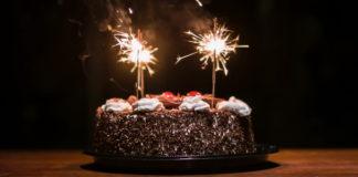 Torta di compleanno a base di cioccolato
