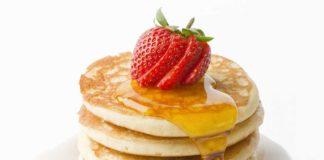 Pancake Americano con sciroppo e fragole