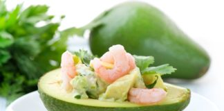 Sfizioso antipasto di avocado e gamberetti