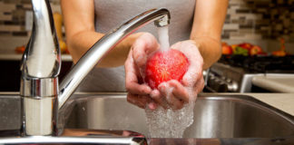 Sei sicuro di lavare le mele in maniera corretta, eliminando del tutto i pesticidi?