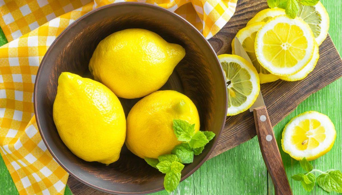 Il limone dona frutti tutto l'anno, succosi e genuini, sono simbolo di fedeltà amorosa e di fertilità