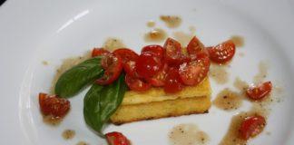 Crostini di polenta e pomodori freschi