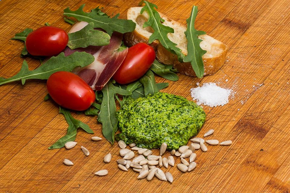 Prepara con noi un condimento per la pasta fresco e benefico: ecco ciò che devi sapere sul pesto di rucola!