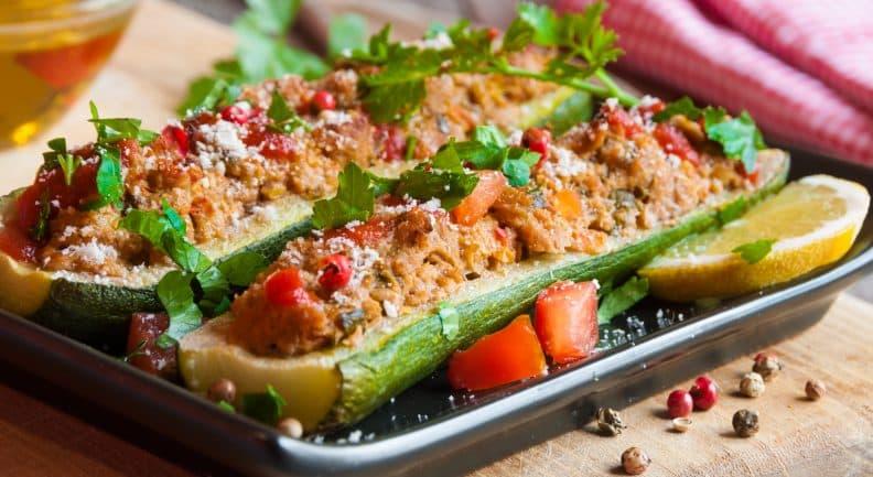 Non possono mancare sulle nostre tavole durante tutto il periodo estivo le  zucchine ripiene sono un secondo o un piatto unico davvero sfizioso.