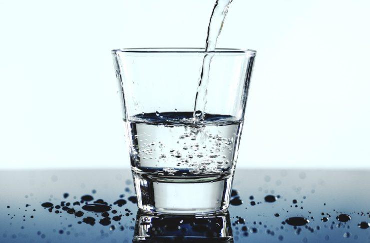Bere acqua frizzante fa male