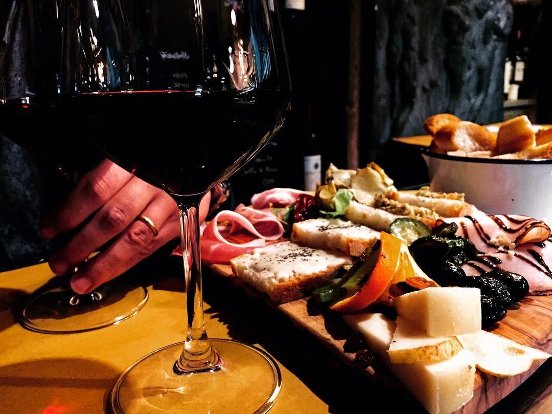 Bicchiere di Lambrusco con tagliere di salumi e formaggi, ottimo vino in estate