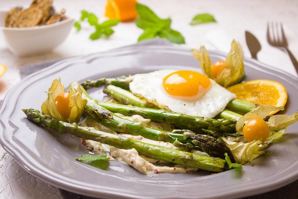 Ricette Festa del Papà: asparagi selvatici alla milanese
