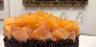 Tortino di riso venere con melone salmone e avocado