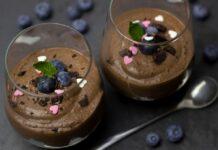 mousse al cioccolato con frutti di bosco